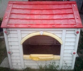 Apró Net/: Mélyen ár alatt eladó egy műanyag kerti gyerek játszóház - kisház!