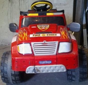 Apró Net/: Eladó egy hibátlan állapotban lévő, 2 sebességes (előre, hátra) elektromos, akkumulátoros gyerek autó 2 kisgyerek részére