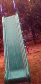 Apró Net/: Eladó egy hibátlan állapotban lévő, középzöld színű, műanyag csúszda sötétkék fémvázzal - mászókával