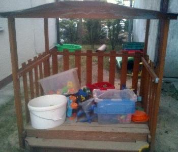 Apró Net/Baba - Mama: Eladó egy jó állapotban lévő fa homokozó játszóház tetővel - ingyenesen - kiadó - házak - feladása - lakások - ingatlanok - alérlet - hirdetések - eladó - állás